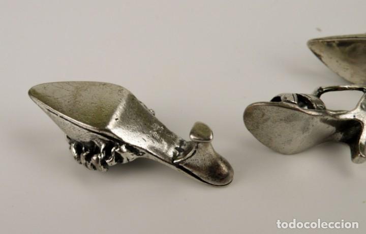 Antigüedades: ANTIGUOS Y CURIOSOS ZAPATO MINIATURA EN PLATA CINCELADA ARTESANALES - Foto 9 - 51530932