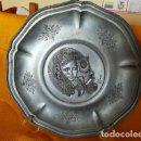 Antigüedades: GRAN BELLEZA EN ESTAÑO TRE EFFE. FIRMADO. DELICIOSA DECORACIÓNPLATO 31´7 CM. DAMA, PAJARO Y FLOR.. Lote 132115946