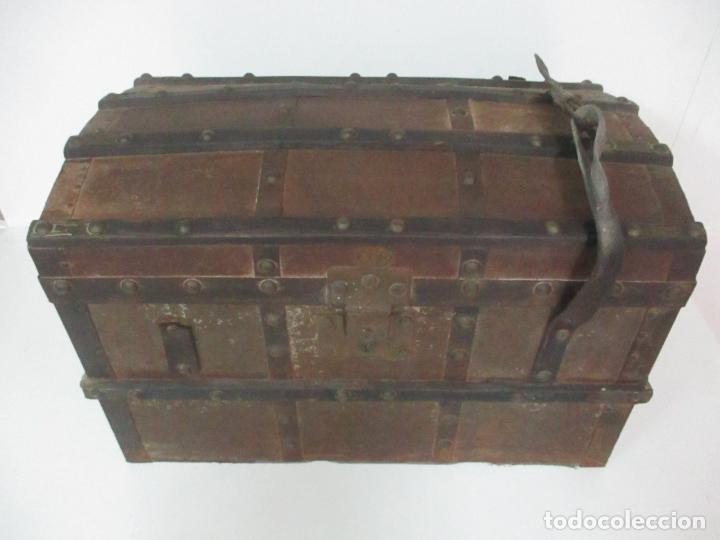 BONITO BAÚL - MADERA FORRADA EN METAL - SELLO BAZAR DE LA X, CALLE ESPOZ Y MINA 6, MADRID (Antigüedades - Muebles Antiguos - Baúles Antiguos)