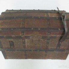 Antigüedades: BONITO BAÚL - MADERA FORRADA EN METAL - SELLO BAZAR DE LA X, CALLE ESPOZ Y MINA 6, MADRID. Lote 132129174
