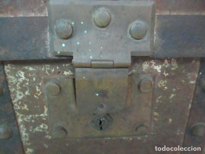 Antigüedades: Bonito Baúl - Madera Forrada en Metal - Sello Bazar de la X, Calle Espoz y Mina 6, Madrid - Foto 3 - 132129174