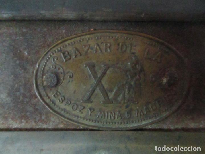 Antigüedades: Bonito Baúl - Madera Forrada en Metal - Sello Bazar de la X, Calle Espoz y Mina 6, Madrid - Foto 4 - 132129174