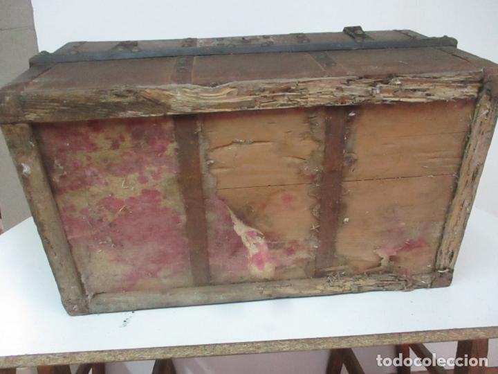 Antigüedades: Bonito Baúl - Madera Forrada en Metal - Sello Bazar de la X, Calle Espoz y Mina 6, Madrid - Foto 15 - 132129174