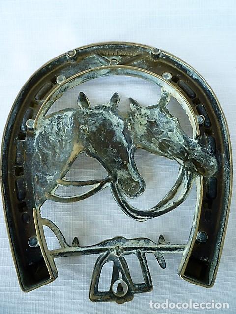 Antigüedades: CUELGALLAVES EN BRONCE CON MOTIVOS EQUESTRES - Foto 2 - 136251006