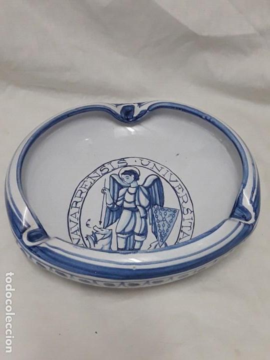 Antigüedades: Cenicero de cerámica Talavera Universitas Studiorum Navarrensis con San Miguel - Foto 4 - 132151630