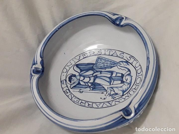 Antigüedades: Cenicero de cerámica Talavera Universitas Studiorum Navarrensis con San Miguel - Foto 5 - 132151630