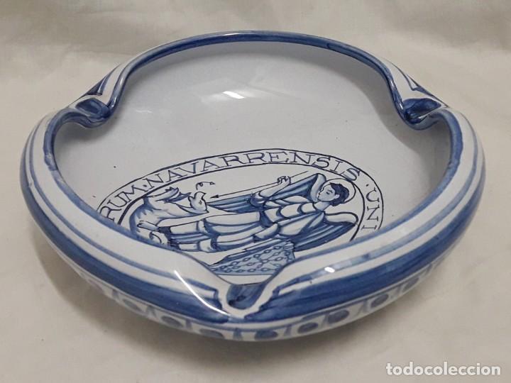 Antigüedades: Cenicero de cerámica Talavera Universitas Studiorum Navarrensis con San Miguel - Foto 9 - 132151630