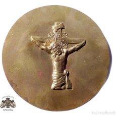 Antigüedades: PLACA CINCELADA MOTIVO RELIOSO.CRISTO CRUCIFICADO - 15 CM DE DIÁMETRO. Lote 132159022