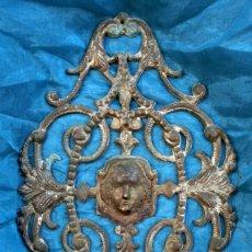 Antigüedades: ANTIGUO Y BONITO REMATE DE METAL - PIEZA MUY TRABAJADA - DECORACIÓN - MUEBLES - ESPEJOS – ROSTRO. Lote 132170542