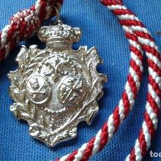 Antigüedades: MEDALLA CON CORDON DE LA MADRE DE DIOS DEL ROSARIO - PATRONA DE CAPATACES Y COSTALEROS. Lote 132319850