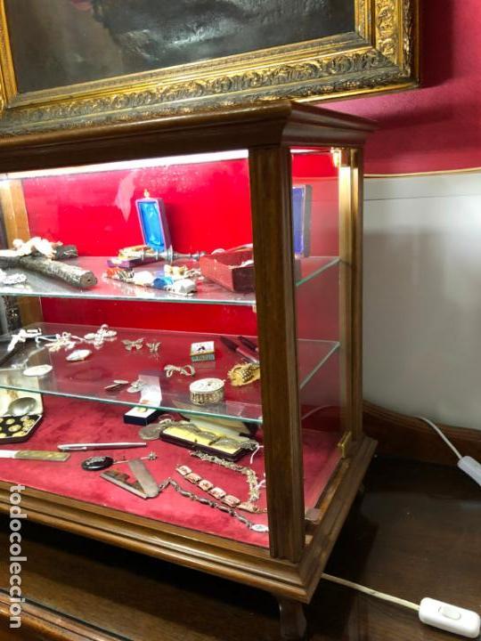 Antigüedades: VITRINA DE MADERA Y CRISTAL CON UNA PUERTA LATERAL - MEDIDA 67X53 Y 29CM DE PROFUNDIDAD - Foto 4 - 132389986