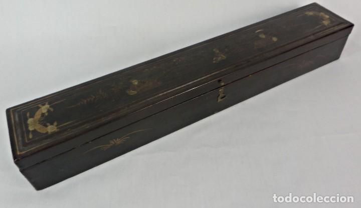 Antigüedades: Caja de abanico abaniquera oriental s XIX madera ebonizada seda pintada a mano. - Foto 2 - 132392738