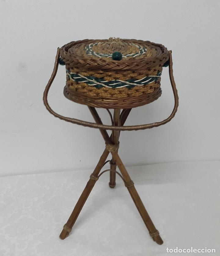 COSTURERO DE MIMBRE CON PATAS AÑOS 70 (Antigüedades - Muebles Antiguos - Auxiliares Antiguos)