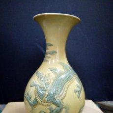 Antigüedades: JARRÓN EN PORCELANA DE LLADRÓ DECORADO CON DRAGÓN CHINO EN RELIEVE, DESCATALOGADO AÑO 1985. Lote 132454006