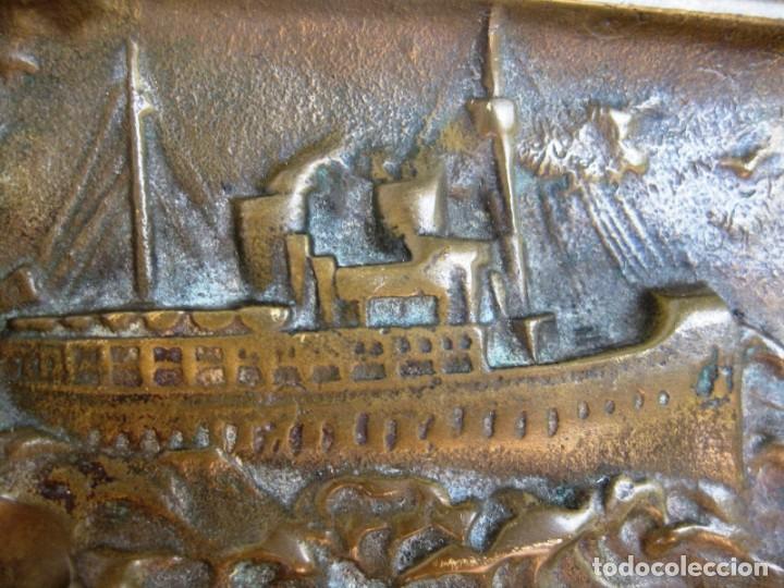 Antigüedades: CENICERO EN BRONCE MACIZO CON BARCO DE VAPOR Y ANCLA PESA 230 GRS - Foto 2 - 132466718