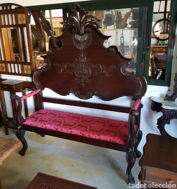 PRECIOSO BANCO DE MADERA DE CASTAÑO TALLADO Y TAPIZADO (Antigüedades - Muebles Antiguos - Sofás Antiguos)