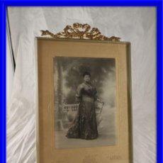 Antigüedades: MARCO DE FOTOS ANTIGUO CRISTAL BISELADO COPETE BRONCE. Lote 132490218