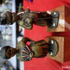 Antigüedades: PAREJA DE FIGURAS DE HUERTANOS HECHOS EN BRONCE . Lote 132500794