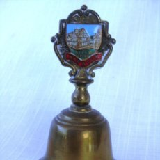 Antigüedades: CAMPANA DE BRONCE DE WARWICK CON CASA TRADICIONAL INGLESA 11 CMS. Lote 132538926