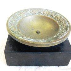 Antigüedades: QUEMADOR DE INCIENSO EN BRONCE LABRADO Y BASE DE MADERA. Lote 132560074