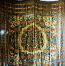 Antigüedades: T4 PRECIOSA COLCHA 1900 BROCADA DE SEDA MOTIVOS EGIPCIOS. 230X200 CM. Lote 132579542