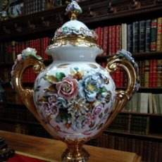 Antigüedades: ESPECTACULAR JARRÓN DE PORCELANA Y ORO FINO - DECORACIÓN FLORAL EXTRAORDINARIA - PIEZA DE MUSEO -. Lote 132585462
