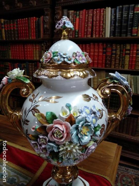 Antigüedades: ESPECTACULAR JARRÓN DE PORCELANA Y ORO FINO - DECORACIÓN FLORAL EXTRAORDINARIA - PIEZA DE MUSEO - - Foto 2 - 132585462