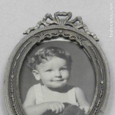 Antigüedades: ANTIGUO MARCO PORTA-FOTOS DE METAL FOTOS DE PARED OVALO EXCELENTE PIEZA DE DECORARON . Lote 132587002