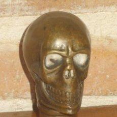 Antigüedades: EMPUÑADURA O MANGO PARA BASTON,CALAVERA DE LATON O BRONCE.. Lote 144087621