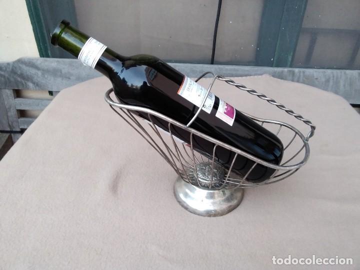 Antigüedades: Rústico soporte para adornar mesa de comidas o exposición de vinos (silver plate Italia) en la base. - Foto 2 - 132621810