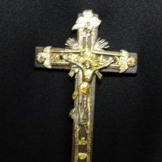 Antigüedades: ANTIGUO CRUCIFIJO CON ALEGORIAS DE LA PASION Y MUERTE DE JESUCRISTO EN LA CRUZ, SIGLO XIX, MEDALLA. Lote 195274961