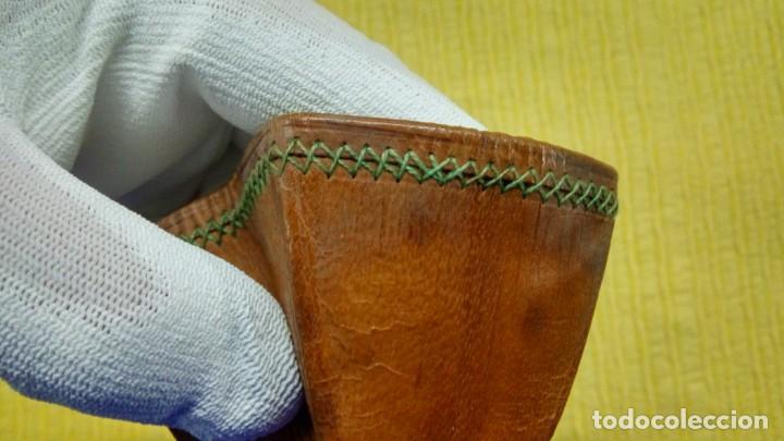 Antigüedades: Vaso de cuero muy antiguo , cosido a mano, con funda. - Foto 2 - 132624178