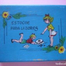 Antigüedades: ANTIGUA CAJA ESTUCHE INFANTIL PARA LABORES - CON CIERRE - 23 X 17 X 5 CM - VER FOTOS. Lote 132626526