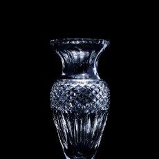 Antigüedades: ELEGANTE JARRON FLORERO EN CRISTAL TALLADO A MANO. Lote 132714078