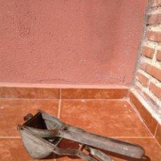 Antigüedades: ANTIGUO UTENSILIO DE COCINA PARA HACER PURÉ DE PATATA AÑOS 50. Lote 132758194