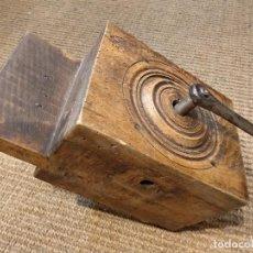 Antigüedades: ANTIGUA MÁQUINA O MOLINO PARA MOLER GRANO . Lote 132760306