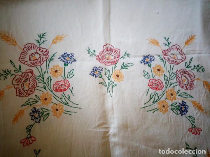Antigüedades: Antiguo mantel de mesa algodón bordado a mano,floral. - Foto 2 - 132766254