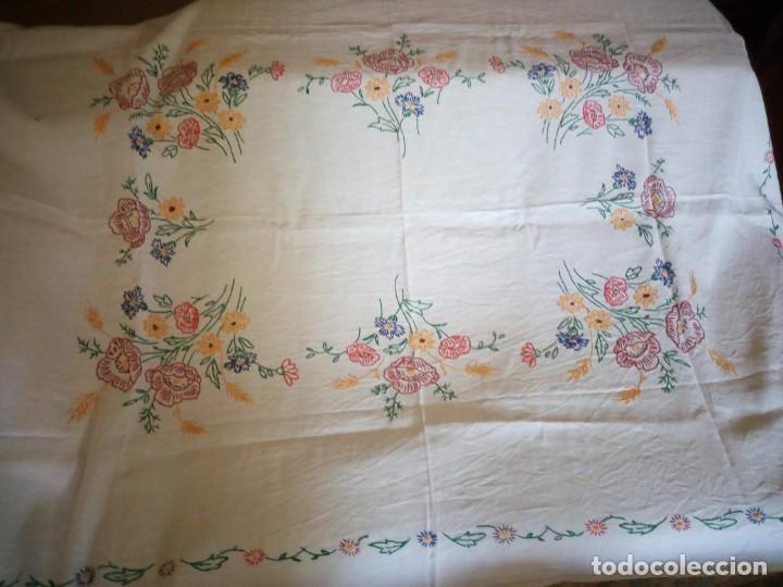 Antigüedades: Antiguo mantel de mesa algodón bordado a mano,floral. - Foto 4 - 132766254
