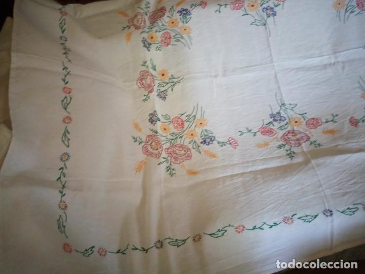 Antigüedades: Antiguo mantel de mesa algodón bordado a mano,floral. - Foto 5 - 132766254
