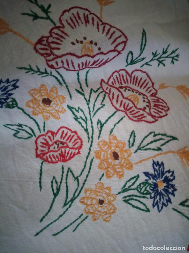 Antigüedades: Antiguo mantel de mesa algodón bordado a mano,floral. - Foto 7 - 132766254