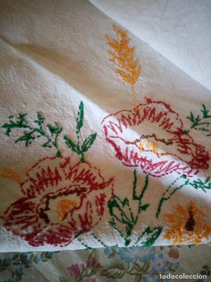 Antigüedades: Antiguo mantel de mesa algodón bordado a mano,floral. - Foto 8 - 132766254