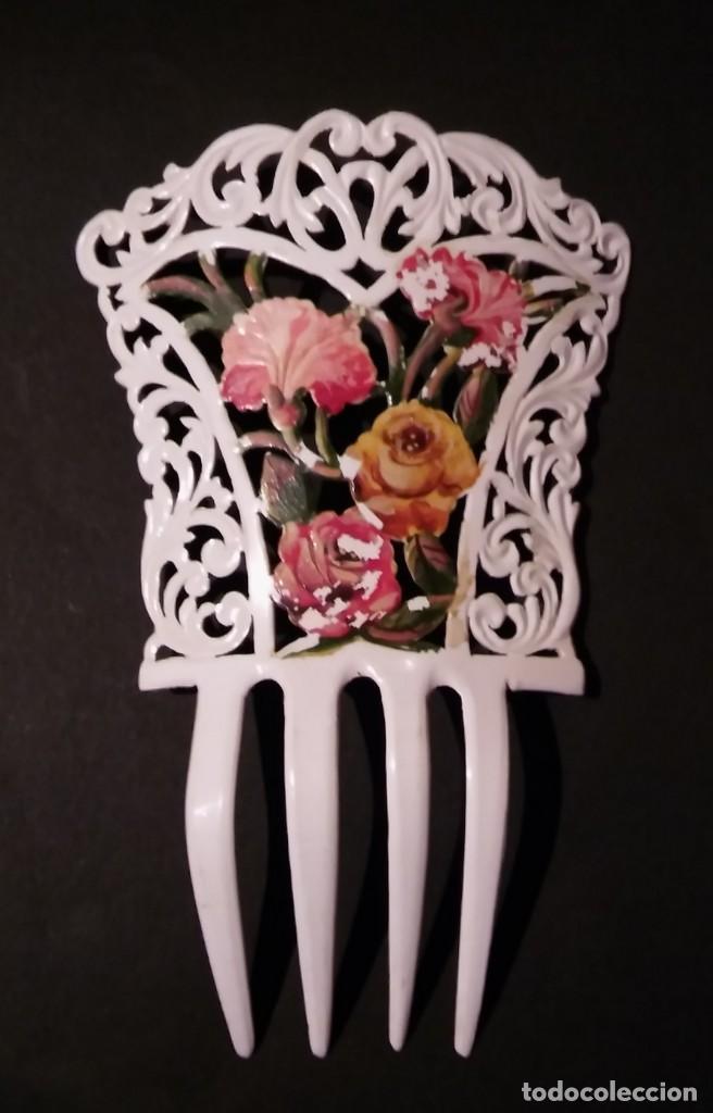 Antigüedades: Peineta tallada/ calada a mano, color blanco con flores policromadas epoca modernista, antigua s XX - Foto 3 - 132766442