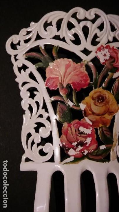 Antigüedades: Peineta tallada/ calada a mano, color blanco con flores policromadas epoca modernista, antigua s XX - Foto 4 - 132766442