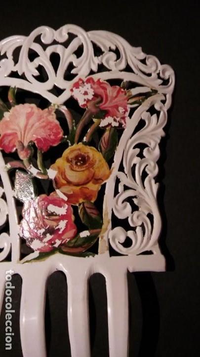 Antigüedades: Peineta tallada/ calada a mano, color blanco con flores policromadas epoca modernista, antigua s XX - Foto 5 - 132766442