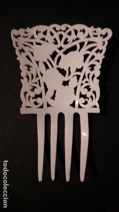 Antigüedades: Peineta tallada/ calada a mano, color blanco con flores policromadas epoca modernista, antigua s XX - Foto 7 - 132766442