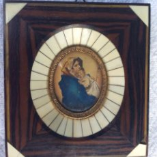 Antigüedades: ANTIGUO MARCO CON IMAGEN RELIGIOSA CON MADERAS NOBLES Y MARFIL. Lote 132784138