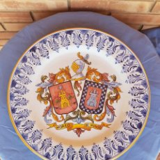 Antigüedades: GRAN PLATO HERALDICO CERAMICA TALAVERA FIRMADO TALABRICENSE Nº 26, DIAMETRO 42 CM. MOREO - DE MINGO. Lote 132789494