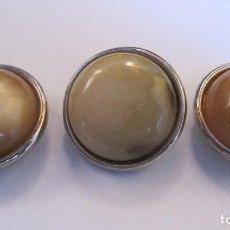 Antigüedades: ANTIGUOS BOTONES: 3 EN TONOS MARRON CREMA Y ACERO.FANTASIA GRUESOS.DIAMETRO 30 MM. (REF-172). Lote 132823674