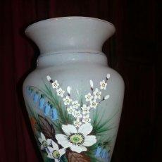Antigüedades: PRECIOSO JARRÓN DE OPALINA PINTADO A MANO FLORAL. Lote 132830805