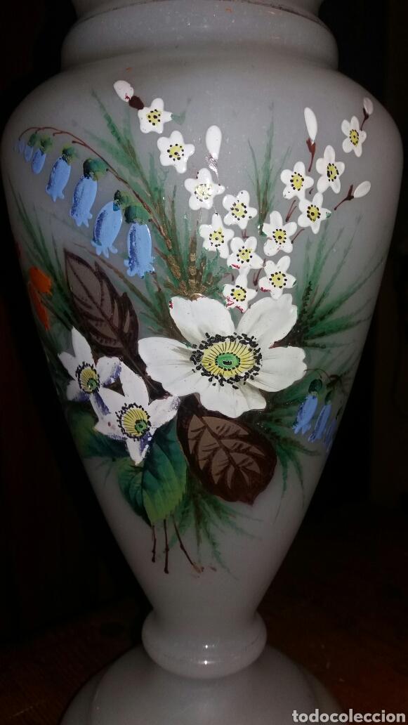 Antigüedades: Precioso Jarrón de opalina pintado a mano floral - Foto 2 - 132830805